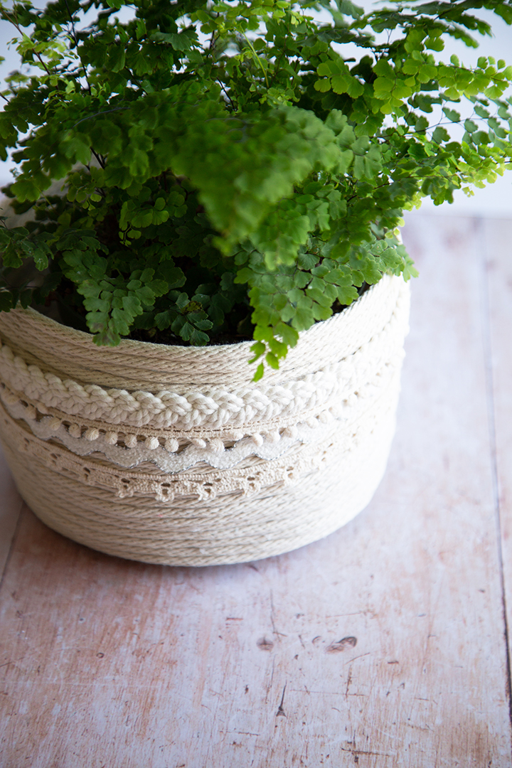 DIY Moroccan-inspired rope basket planter with lace trim (via www.aliceandlois.com)