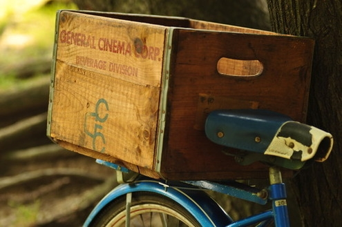 DIY bike crate of a vintage wine box (via www.manmadediy.com)