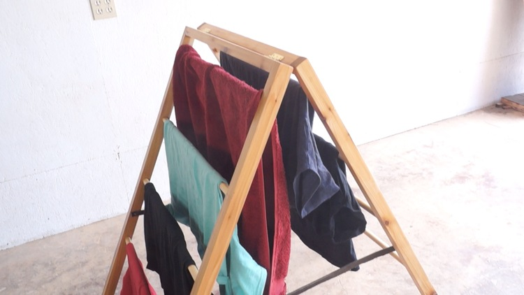 DIY ladder-style foldable drying rack (via www.modernbuilds.com)