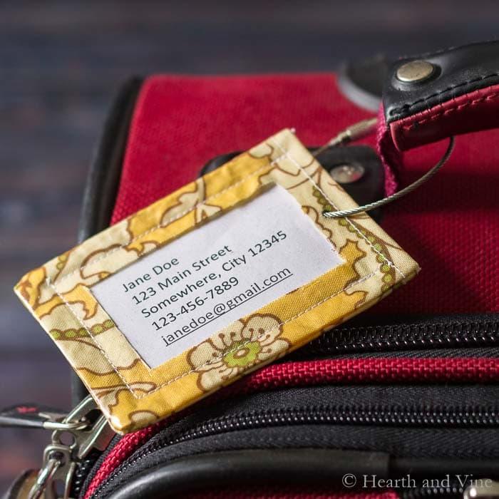 DIY colorful fabric luggage tags from scraps (via hearthandvine.com)