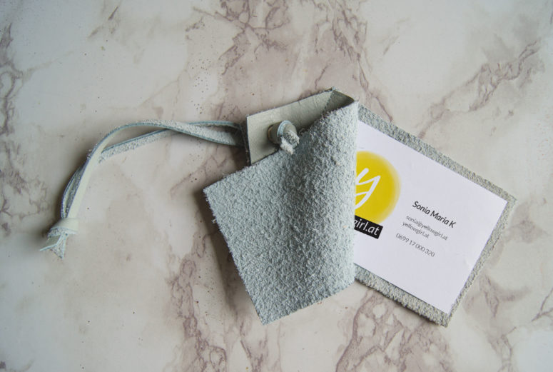 DIY aqua leather tags with visit cards inserted (via yellowgirl.at)