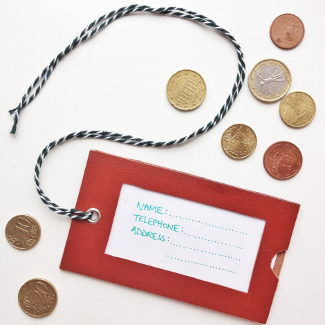DIY leather and plastic visit card luggage tags (via www.thecraftygentleman.net)