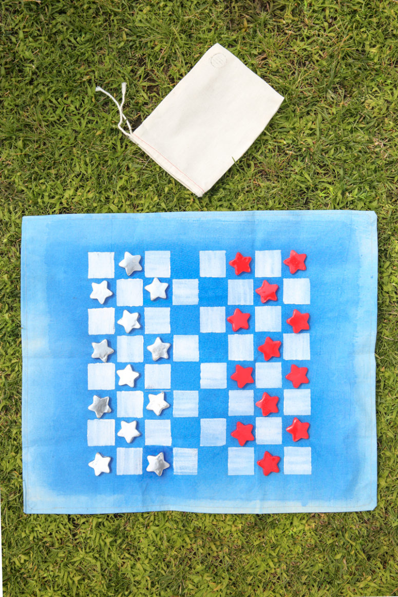 DIY checkers travel game (via www.forthemakers.com)