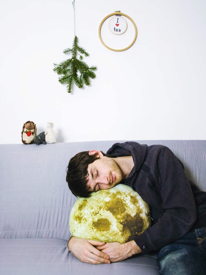 DIY moon pillow (via curiousandcatcat.blogspot.com)