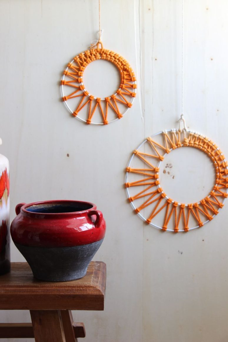 DIY macrame moon phase wall art (via ludorn.de)