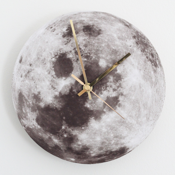DIY moon clock of cork with gold pointers (via bambulablogi.blogspot.com)