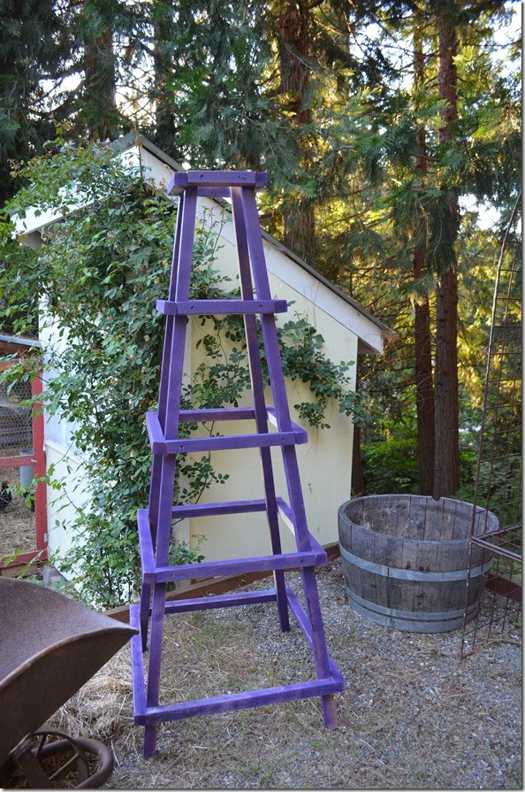DIY large and colroful garden obelisk of wood (via www.flowerpatchfarmhouse.com)