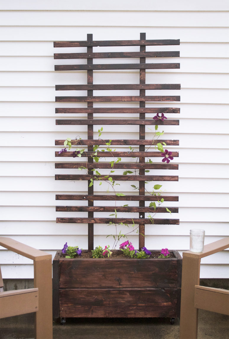 DIY stained planter box with a trellis (via www.deucecitieshenhouse.com)