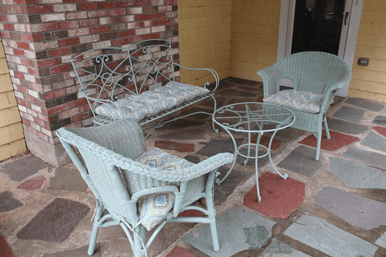 DIY wicker furniture renovation with chalk paint (via www.30somethingmotherrunner.com)