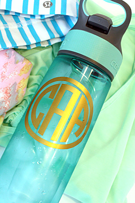 DIY monogrammed water bottle (via www.curlycraftymom.com)