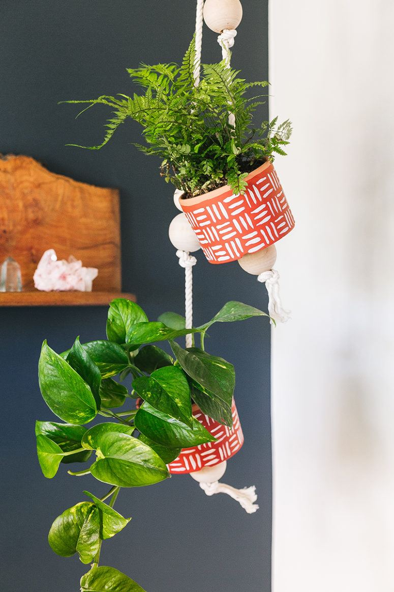 DIY hanging painted planters with wooden beads (via jojotastic.com)