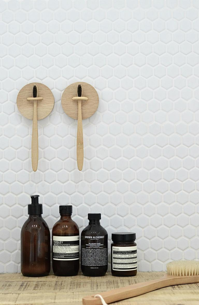 DIY wall-mounted toothbrush holder (via yourdiyfamily.com)