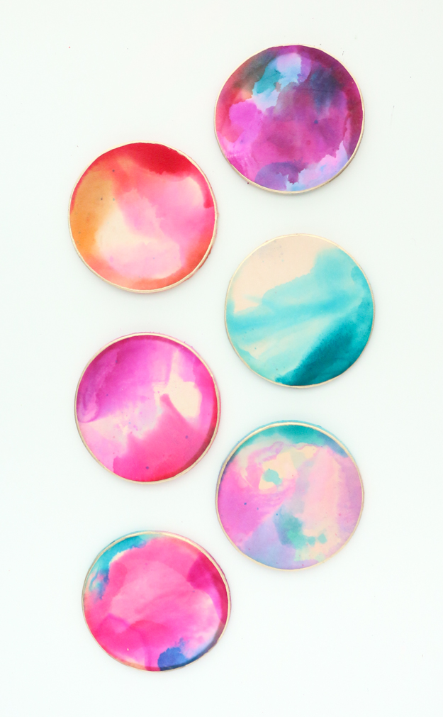 DIY alcohol ink marble leather coasters (via akailochiclife.com)