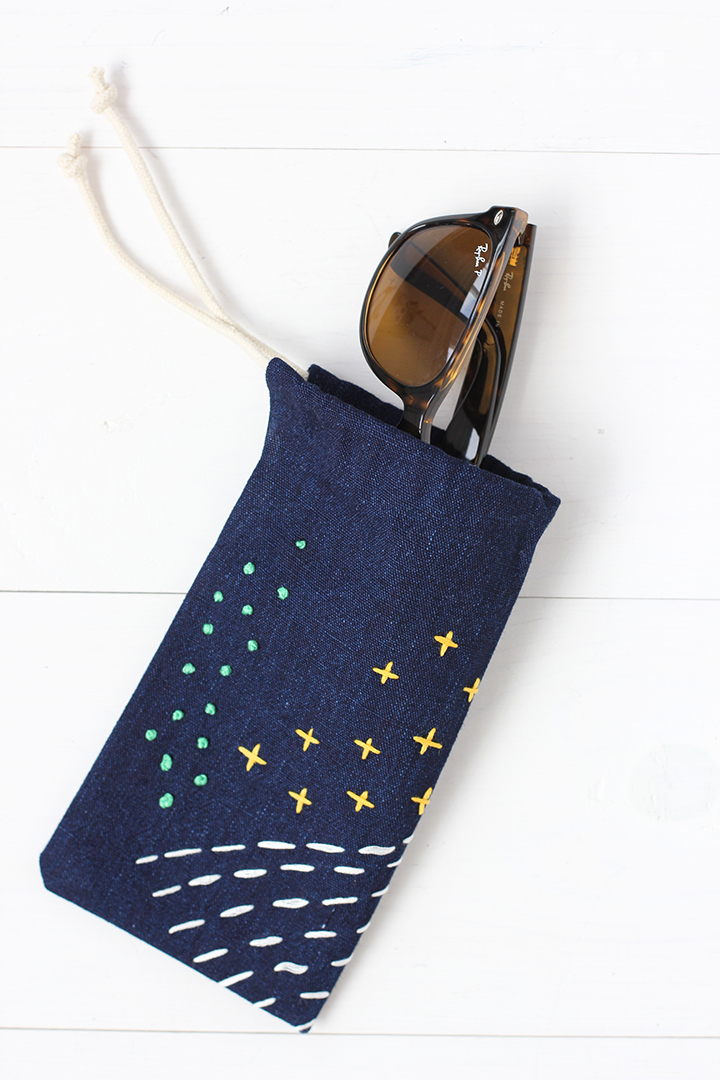DIY navy fabric sunglasses case with embroidery (via www.aliceandlois.com)