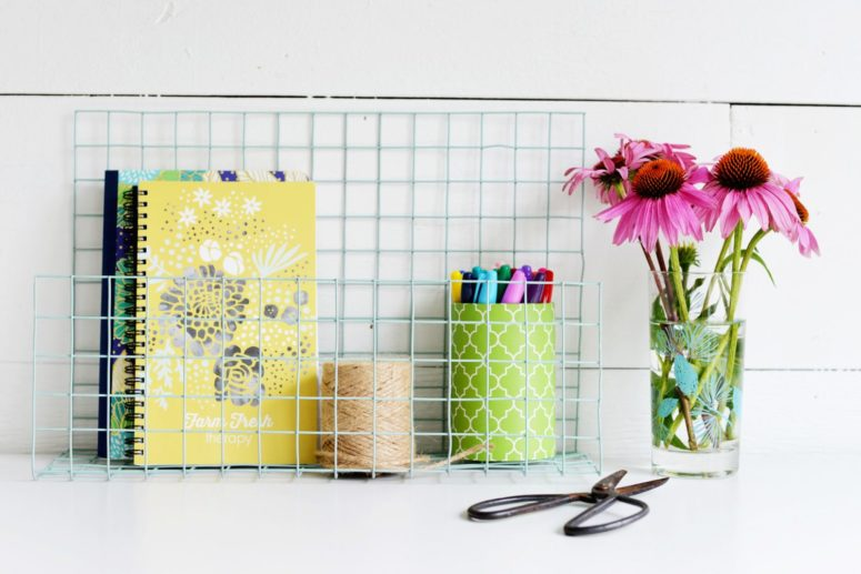 DIY fence wire desk organizer (via www.homedit.com)
