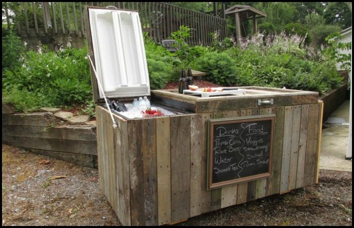 DIY old fridge into a drink and food cooler (via diyprojects.ideas2live4.com)