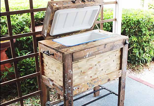 DIY rustic pallet drink cooler box (via diyjoy.com)