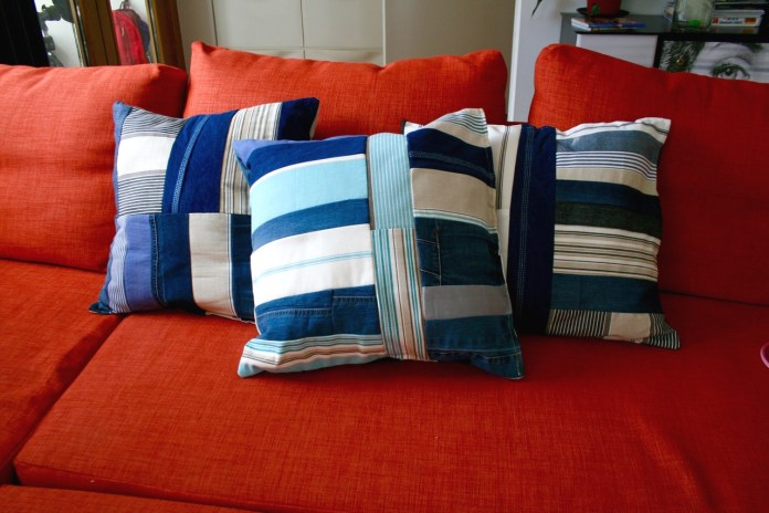 DIY nautical pillows of striped fabric and denim (via luzpatterns.com)