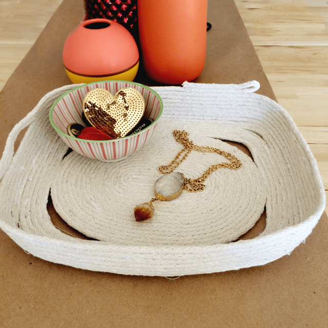 DIY coiled rope catch-all tray (via www.makescoutdiy.com)