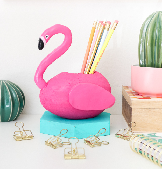 DIY flamingo pool float pencil holder (via akailochiclife.com)