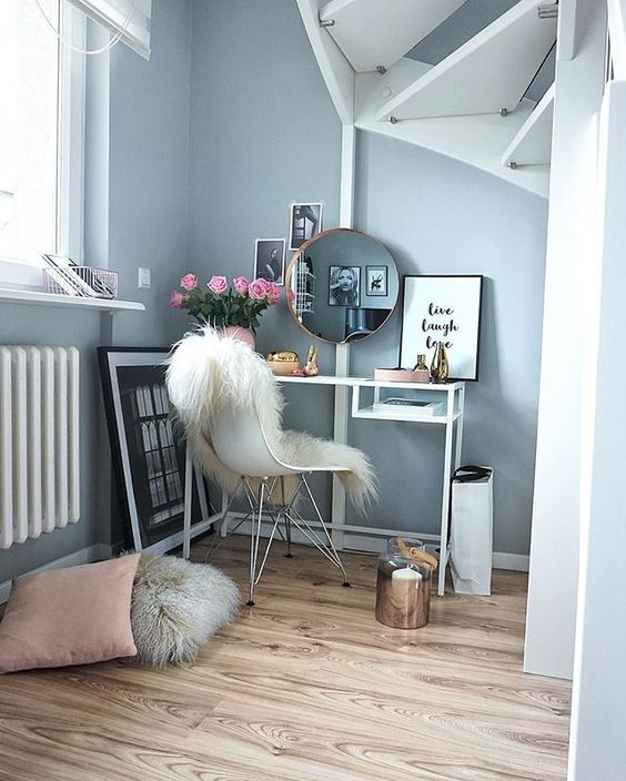 a Vittsjo vanity and a faux fur throw on your chair are all you need for a coolmakeup nook