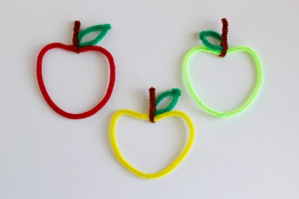 DIY pipe cleaner apples as teacher's gifts (via www.makeandtakes.com)