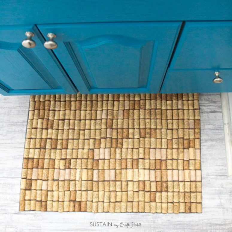 DIY simple wine cork bathroom mat (via sustainmycrafthabit.com)