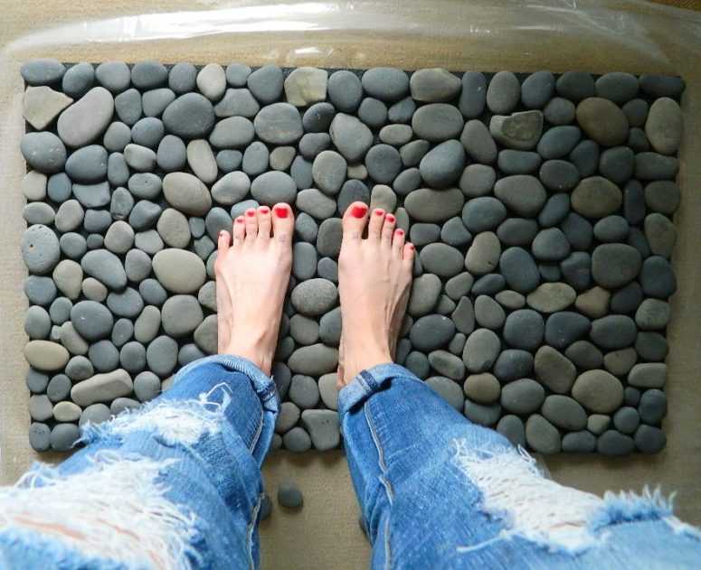 DIY bathroom mat covered with ocean stones (via www.tattooedmartha.com)