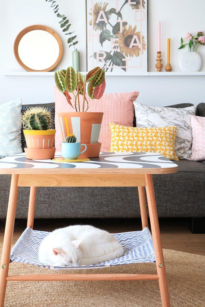 Ideas de hamacas para gatos hecho en casa - Hamaca de tela para gatos de bricolaje colgada en una mesa IKEA (a través de entermyattic.com)