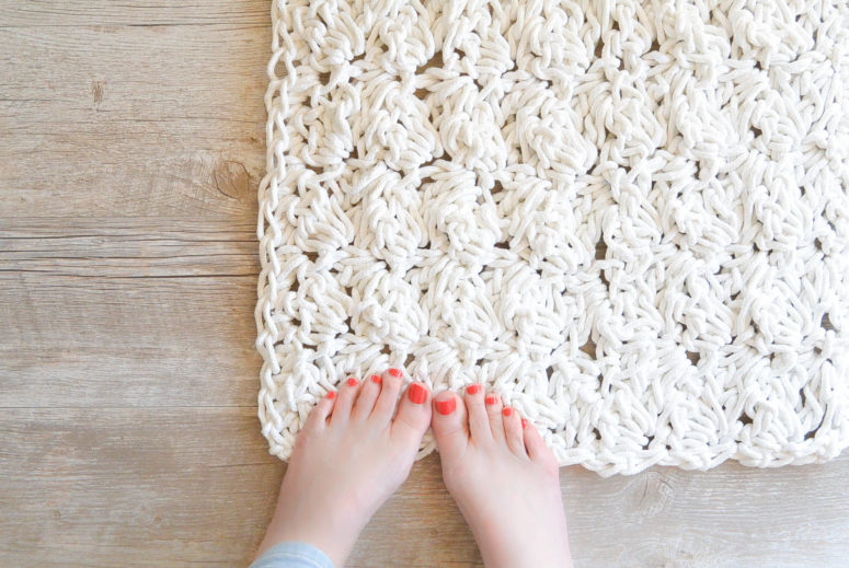 DIY rope crochet rug or bath mat (via www.mamainastitch.com)