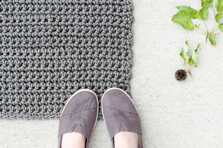 DIY outdoor cord crochet rug for beginners (via www.mamainastitch.com)