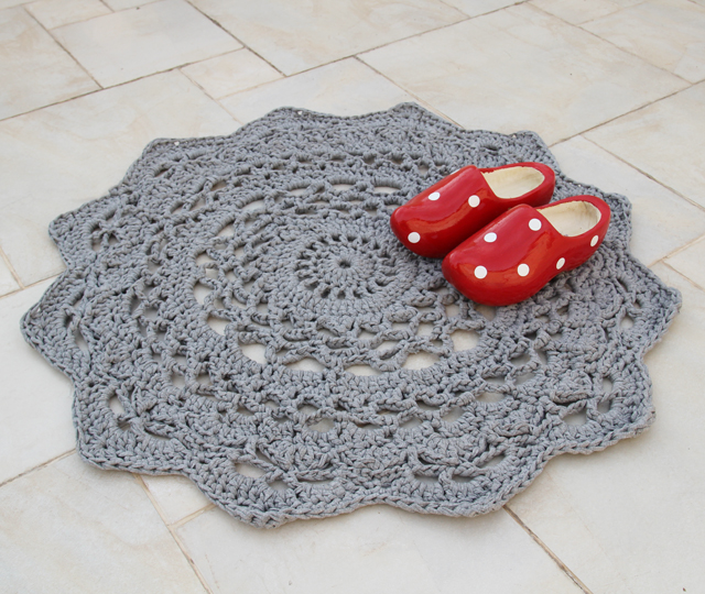 DIY pastel crochet doily rug for vintage spaces (via www.creativejewishmom.com)