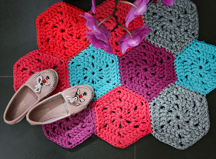 DIY colorful hexagon crochet rug (via mypoppet.com.au)