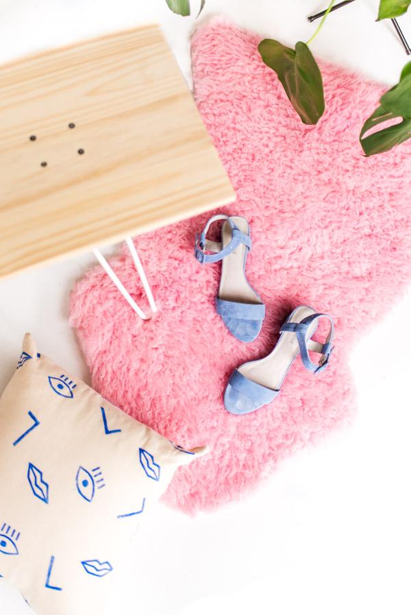 DIY IKEA faux fur rug dyed pink (via www.papernstitchblog.com)