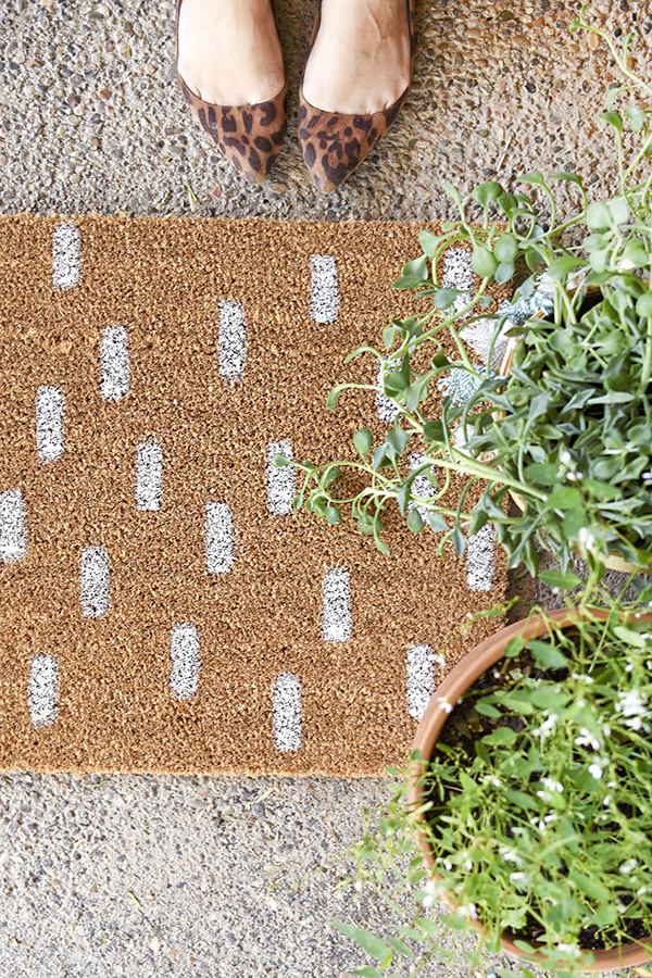 DIY painted brushstroke doormat  (via www.delineateyourdwelling.com)