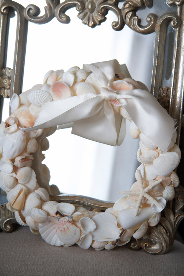DIY vintage-inspired sea shell wreath with a bow (via justasmidgen.com)