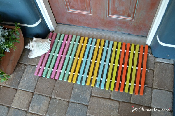 DIY colorful wood slat doormat with wooden beads (via h2obungalow.com)