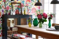 10 bright floral wallpaper and matching cushions enliven and brigthen up this dining room