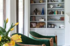 11 bright emerald chairs with a wooden base is a gorgeous fall idea