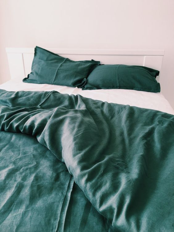 a simple emerald and white bedding set is a great idea for a modern space
