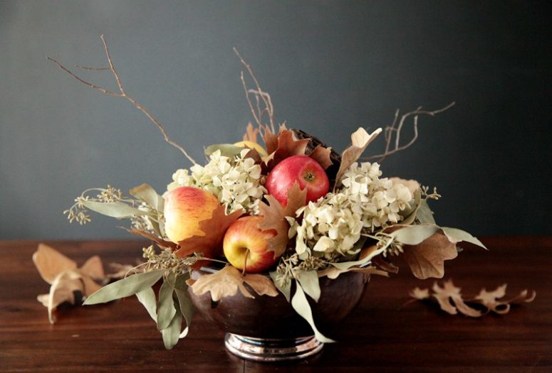 DIY fall centerpiece with apples, dried leaves and hydrangeas (via handmademood.com)