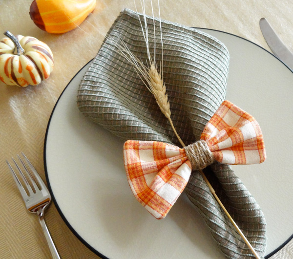 DIY plaid bow, twine and wheat napkin ring (via www.twinkleandtwine.com)