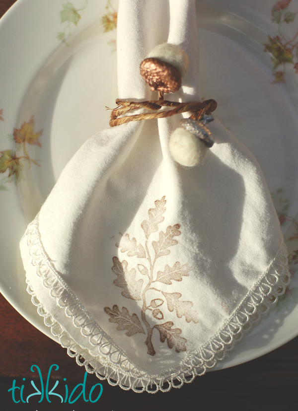 DIY floral wire and felt acorn napkin rings (via tikkido.com)