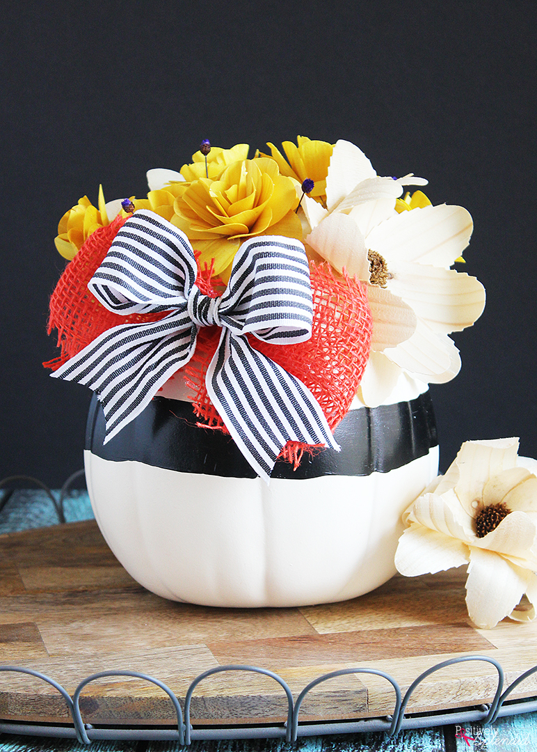 DIY contrasting pumpkin centerpiece with a large bow (via www.positivelysplendid.com)