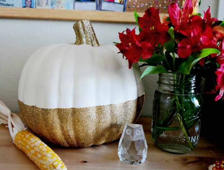DIY half glittered pumpkin (via www.makescoutdiy.com)