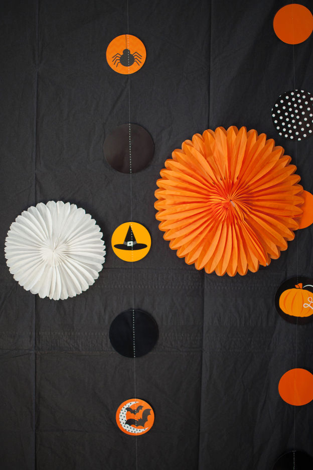 DIY family-friendly Halloween photo booth backdrop (via www.babble.com)