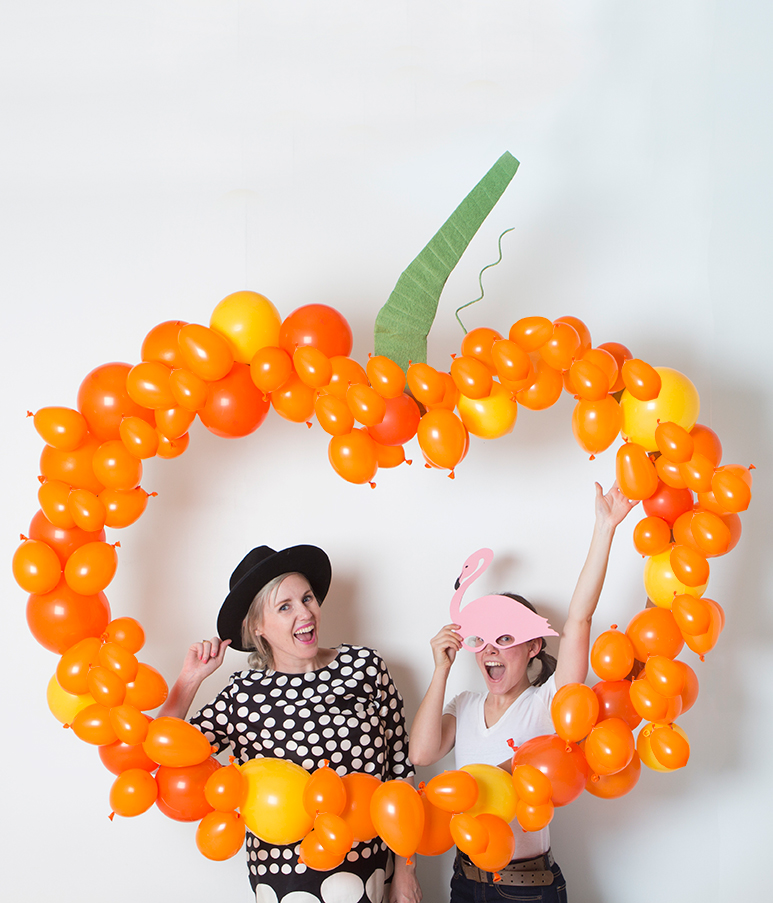 DIY pumpkin balloon backdrop (via thehousethatlarsbuilt.com)