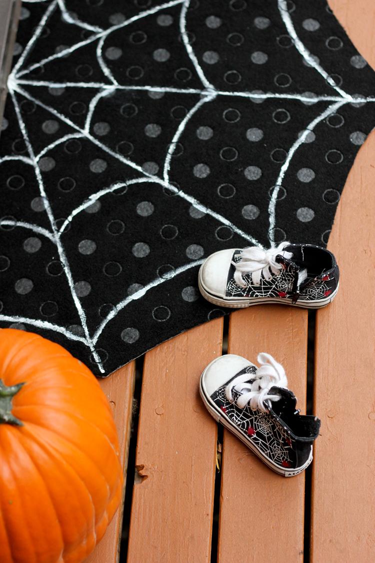 DIY spiderweb doormat crafted using simple techniques (via www.deliacreates.com)