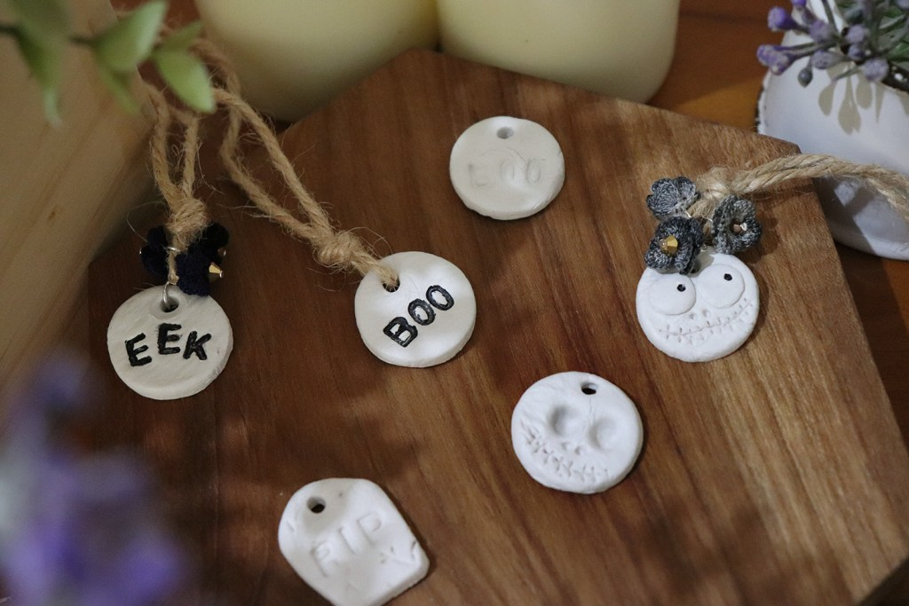 DIY Halloween napkin rings of yarn and clay charms