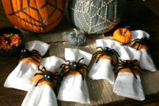 DIY cute and fluffy spider napkin rings for Halloween